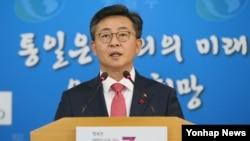 홍용표 한국 통일부 장관이 22일 서울 정부서울청사에서 2016년 업무보고에 대해 브리핑하고 있다.