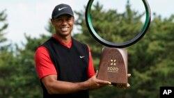 资料照片:美国高尔夫球名将老虎·伍兹在日本印西市赢得PGA巡回赛ZoZo锦标赛后捧杯接受拍照。(2019年10月28日)