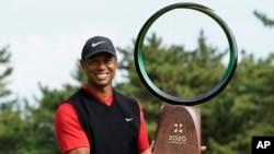 資料照片:美國高爾夫球名將老虎活士在日本印西市贏得PGA巡迴賽ZoZo錦標賽後捧杯接受拍照。 (2019年10月28日)