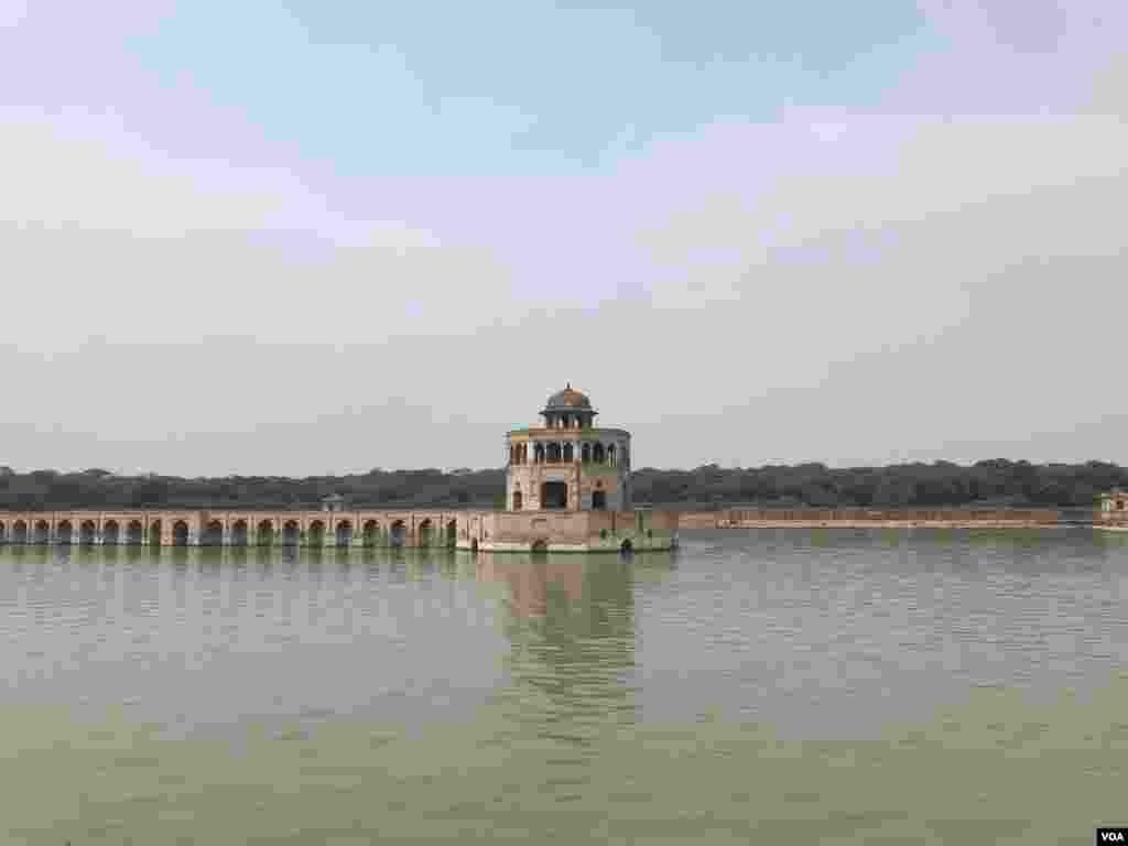مغل بادشاہ جہانگیر کے دور میں شیخوپورہ کو شاہی شکار گاہ کی حیثیت حاصل تھی کیوں کہ اس سرسبز و شاداب علاقے میں مختلف جانور بکثرت پائے جاتے تھے۔