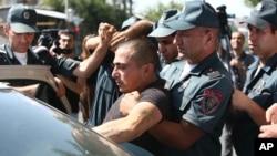 Арешт протестувальника в Єревані.