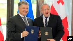 Президент Украины Петр Порошенко и президент Грузии Георгий Маргвелашвили. Тбилиси. Грузия. 18 июля 2017 г.