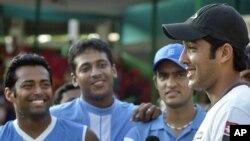 پاکستانی ٹینس کھلاڑی اعصام الحق اور بھارتی ٹیم کے کپتان مہیش بھوپاتھی۔ فائل فوٹو