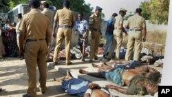 印度花炮廠發生火災﹐屍體被移放至路邊。