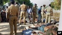 Cảnh sát và thân nhân bên cạnh thi thể các nạn nhân vụ hỏa hoạn tại xưởng pháo ở miền Nam Ấn Ðộ