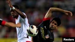 Penyerang Atlletico Madrid Diego Costa (kanan) berebut bola dengan pemain Sevilla, Geoffrey Kondogbia (foto: dok). Costa mengalami cedera kaki dan batal memperkuat timnas Spanyol dalam pertandingan uji coba.