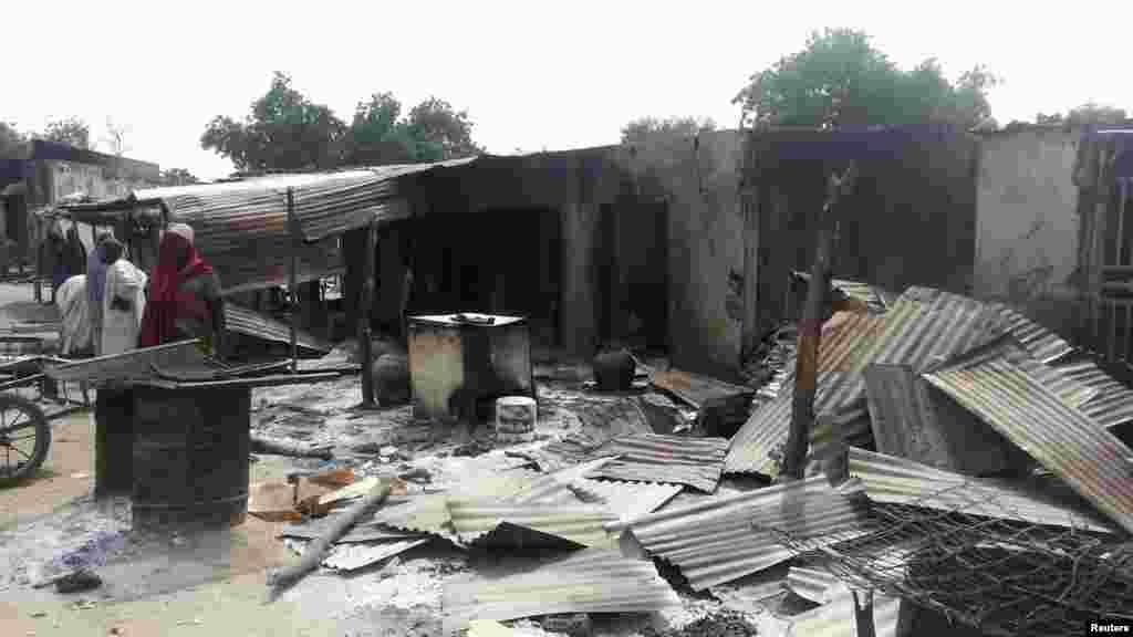 Wasu gidaje da aka kona a harin da ake zaton 'yan Boko Haram ne suka kaishi a Kawuri dake Maiduguri, Junairu 28, 2014.