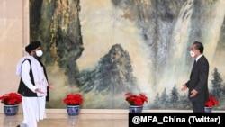 中國國務委員兼外交部長王毅在中國天津會見了阿富汗塔利班政治委員會負責人巴拉達爾(2021年7月28日)。