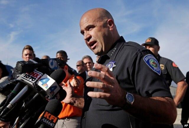 Cảnh sát trưởng San Bernardino Jarrod Burguan nói chuyện với truyền thông gần địa điểm xảy ra vụ nổ súng.