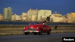 Mobil antik yang banyak berseliweran di Havana, Kuba. (Foto: Dok)