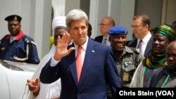 លោករដ្ឋមន្រ្តីការបរទេស John Kerry បក់ដៃបន្ទាប់ពីដំណើរទស្សនកិច្ចទៅកាន់វិមានរបស់ថ្នាក់ដឹកនាំសាសនានៅក្នុងក្រុង Sokoto ប្រទេសនីហ្សេរីយ៉ា កាលពីថ្ងៃទី២៣ ខែសីហា ឆ្នាំ២០១៦។
