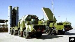 러시아의 S-300 지대공 미사일. 러시아 인테르팍스 통신은 이 미사일이 시리아에 전달되려면 수개월이 걸릴 것이라고 밝혔다.