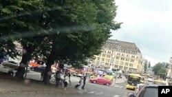 Quảng trường Chợ Turku hôm thứ Sáu 18/8/2017, xe cứu thương màu vàng ở một góc sau chiếc xe màu đỏ. (Lehtikuva via AP)