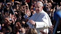 Papa Franja pozdravlja vernike prilikom današnjeg dolaska na inauguralnu misu u Vatikanu