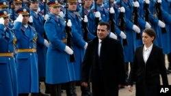 Premijer Severne Makedonije Zoran Zaev sa premijerkom Anom Brnabić u poseti Srbiji, (AP Photo/Darko Vojinovic)