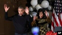"""Predsednik Barak Obama i prva dama plešu uz pesmu Majkla Džeksona """"Triler"""" dočekujući decu iz vašingtonskih vojnih porodica tokom proslave Noći veštica u Beloj kući, 31. oktobra 2009. godine."""