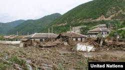 북한 함경북도 회령시에서 홍수로 파괴된 가옥들.유엔이 16일 공개한 북한 함경북도 수해 실사보고서에 들어있는 사진이다.
