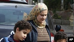 在開羅﹐一位母親擔憂安全親自接孩子放學