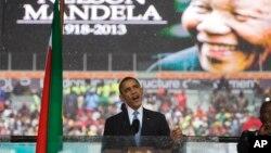 Presiden Barack Obama memberikan pidato pada upacara penghormatan bagi mantan presiden Afrika Selatan Nelson Mandela, Selasa, 10 Desember 2013.