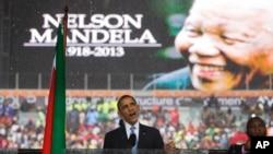 Le présumé pseudo-interprète (vu ici à gauche de Barack Obama le 10 déc. 2013) soutient n'avoir rien fait de mal
