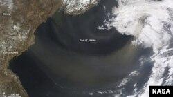 来自中国内蒙古的羽毛状灰尘2012年4月9日向东飘越日本海的情形