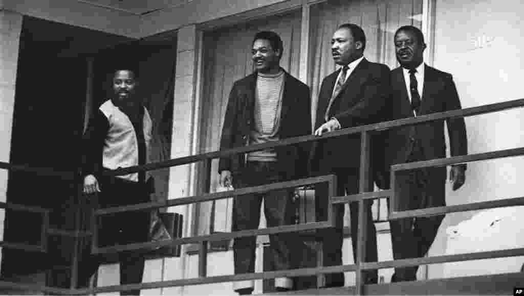 Mchungaji Martin Luther King Jr. akiwa na viongozi wengine April 3, 1968 ambao ni wanaharakati wa haki za raia siku moja kabla ya kuuwawa.
