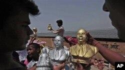 মুম্বাইয়ে লোকজন বাবা সাহেব আম্বেদকারের ১২০তম জন্মবার্ষিকী উপলক্ষে তার মুর্তি কিনছেন (AP Photo/Rajanish Kakade)