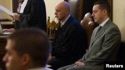 Ông Paolo Gabriele (phải) cựu quản gia của Đức Giáo Hoàng, bị cáo buộc đánh cắp và tiết lộ các tài liệu cá nhân của Đức Giáo Hoàng, trong phòng xử ở Vatican, 29/9/12