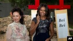Las primeras damas de Estados Unidos, Michelle Obama, y de China, Peng Liyuan, durante su visita al Zoológico Nacional de Washington D.C.idiomas, el viernes 25 de septiembre de 2015.