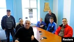 Cựu chiến binh Croatia tại Vukovar theo dõi chương trình truyền hình của Tòa án Quốc tế (ICJ) về phán quyết diệt chủng trong các cuộc chiến tranh ở Balkan thập niên 1990.