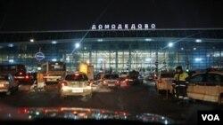 Petugas keamanan di bandara Moskow berhasil mencegat bahan radiokatif yang akan dibawa ke Iran (foto: dok).