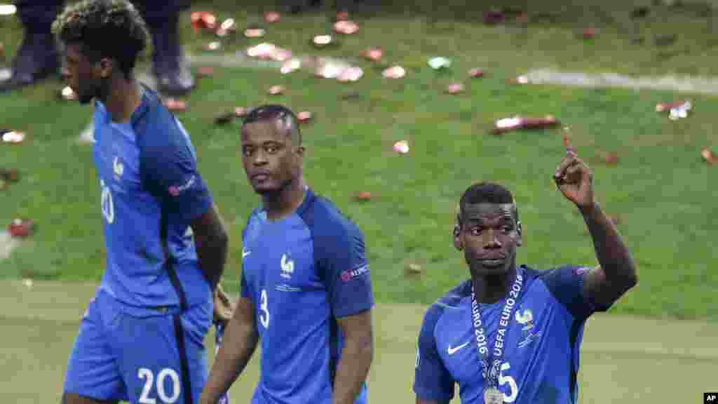 Kingsley Coman, Patrice Evra et Paul Pogba, quittent le stade après avoir perdu le match finale de l'euro 2016 entre le Portugal et la France au Stade de France à Saint-Denis, le 10 juillet 2016.