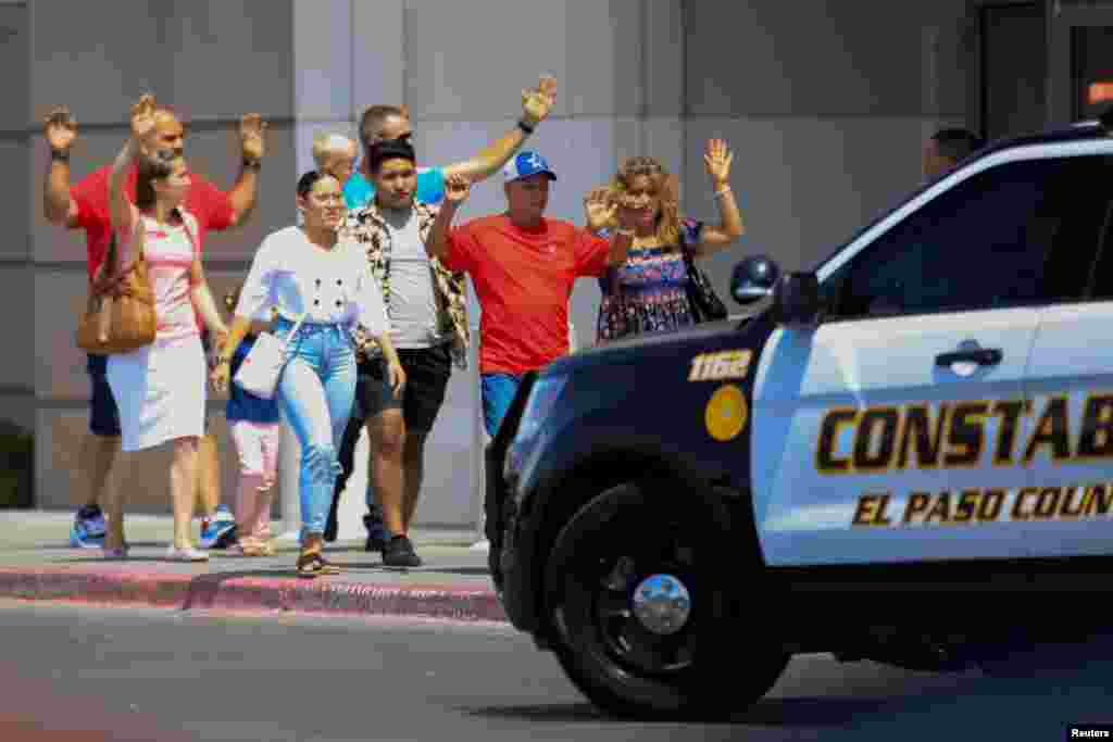 فائرنگ کے بعد سکیورٹی اہلکار موقع پر پہنچ گئے اور سپر اسٹور میں خریداری کے لیے آنے والے لوگوں کو ریسکیو کیا۔