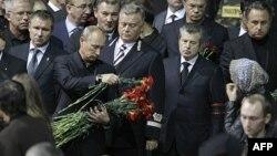 Thủ tướng Vladimir Putin đến viếng và đặt hoa tưởng niệm các nạn nhân