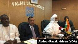 Table de séance d'une réunion du conseil national de dialogue politique du Niger, le 16 juin 2020. (VOA/Abdoul-Razak Idrissa)