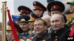 Thủ tướng Nga Putin (phải), Tổng thống Nga Medvedev cùng các giới chức dự khán buổi diễn hành mừng Ngày Chiến Thắng