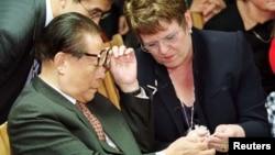 中国前领导人江泽民1999年9月14日在新西兰参观一个养羊牧场时与新西兰前总理希普利交谈。