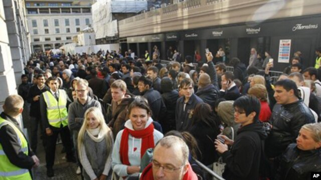 People queue outside the Apple store in London to buy the new iPhone 4S, Oct. 14, 2011 (file photo).