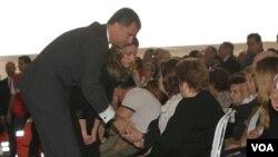 El príncipe Felipe de Borbón y la princesa Letizia abrazaron a los familiares, arropados por un pueblo conmovido por la tragedia