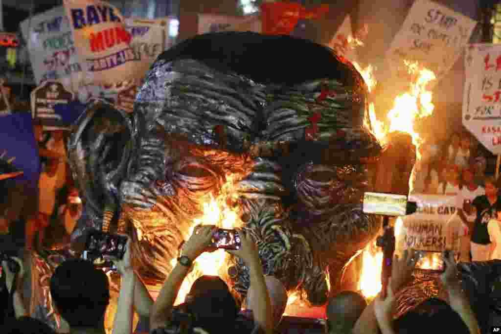 Los manifestantes queman una efigie del presidente filipino Rodrigo Duterte mientras celebran el Día Internacional de los Derechos Humanos durante un mitin cerca del palacio presidencial en Manila.