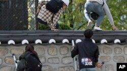 지난 18일 한국의 대학생들이 서울 주한미국대사관저에 무단 침입했다.