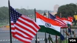 资料照:美国和印度的国旗在新德里总统府前飘扬。