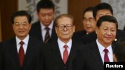 中国国家主席习近平与江泽民、胡锦涛和李鹏等退休领导人走在北京人民大会堂,参加庆祝中国人民共和国成立65周年的活动。(2014年9月30日)