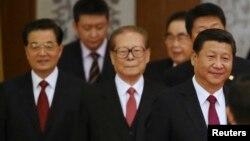 中國主席習近平和退休領導人江澤民、胡錦濤走進國慶65週年招待會會場(2014年9月30日)