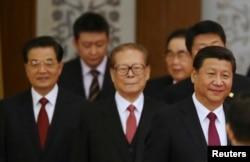 中国主席习近平和退休领导人江泽民、胡锦涛走进国庆65周年招待会会场(2014年9月30日)