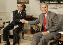 Thủ tướng Phan Van Khai và Tổng thống George W. Bush hội kiến trong Phòng Bầu dục ở Nhà Trắng, Washington, ngày 21 tháng 6, năm 2005.