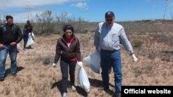 ABŞ səfiri Robert Cekuta Abşeron çimərliklərindən birində təmizlik işləri apararkən.