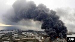 Пожар, вызванный землетрясением и цунами в Японии