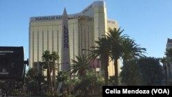 Un empleado de mantenimiento del hotel pidió a un despachador que llame a la policía y denuncie que un hombre disparó dentro del hotel. La información ha cambiado el orden de los sucesos.