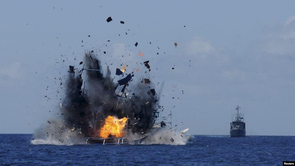 Indonesia thường xuyên bắt giữ và đánh chìm tàu cá nước ngoài với cáo buộc đánh bắt trái phép, trong đó có rất nhiều tàu của ngư dân Việt Nam.